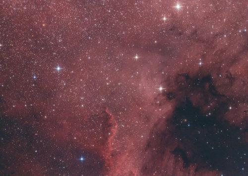 Der Nordamerikanebel ist ein diffuser Gasnebel im Sternbild Schwan. Seine Entfernung zur Erde beträgt zwischen 2000 und 3000 Lichtjahren.